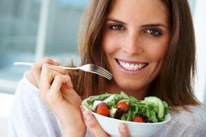 Woman-eating-vegetable-salad-jpg